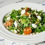 Салат с полбой, черри и мягким сыром