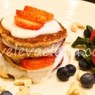 Отрубные блинчики с творогом, ягодами и натуральным йогуртом
