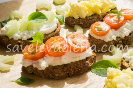 Бутерброды из цельнозернового хлеба с рикоттой, яйцами и овощами