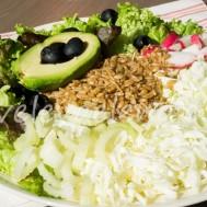 Питательный салат с полбой и овощами