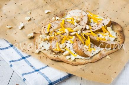 Сладкая пицца с грушей и рикоттой