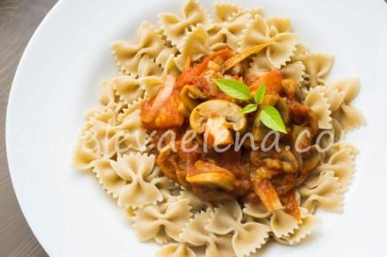 Цельнозерновая паста с грибами и томатами