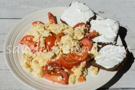 Болтунья с помидорами