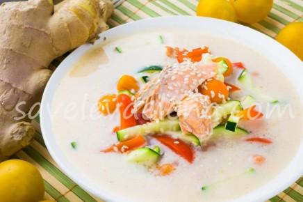 Кокосовый суп с имбирем и красной рыбой
