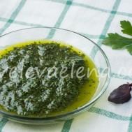 Зеленый соус из петрушки, чеснока и оливкового масла