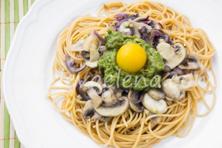 Паста с луком, грибами и пюре из авокадо