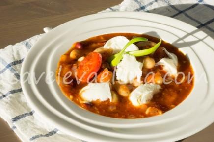 Томатный суп с фасолью и моцареллой