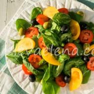 Салат из свежих овощей с оливками