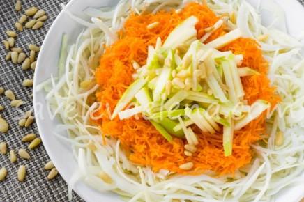 Капустный салат с морковью и яблоком.