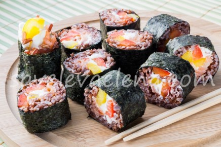 Роллы из красного риса с лососем и перцем
