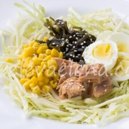Капустный салат с тунцом и морской капустой