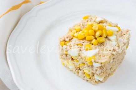 Салат из бурого риса с тунцом и кукурузой