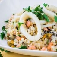 Бурый рис с морепродуктами и кокосовым молоком