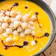 Тыквенный суп-пюре с нутом и кукурузой.