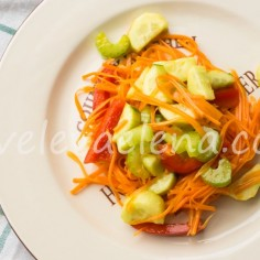 Салат из моркови с огурцами, перцем и сельдереем