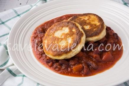Сырники из рикотты с фасолью в томатном соусе