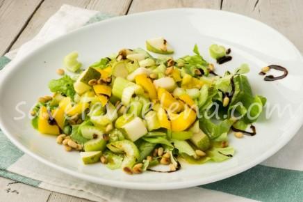 Салат с грушей и сладкой заправкой