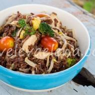 Стир-фрай с курицей, рисом и овощами