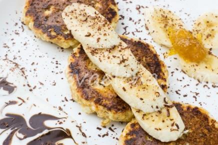 Сырники с йогуртом и бананом