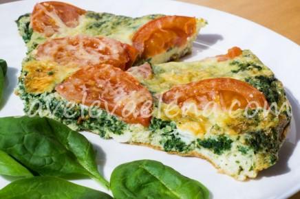 Омлет со шпинатом, помидорами и сыром