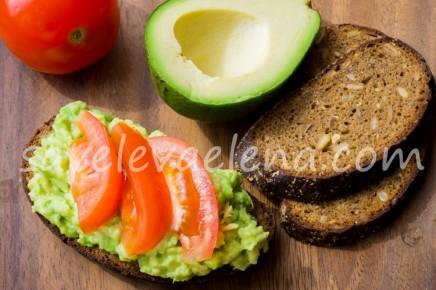 Бутерброд с авокадо и помидорами
