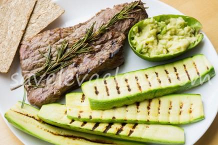 Стейк с розмарином и гарниром из кабачков гриль и авокадо