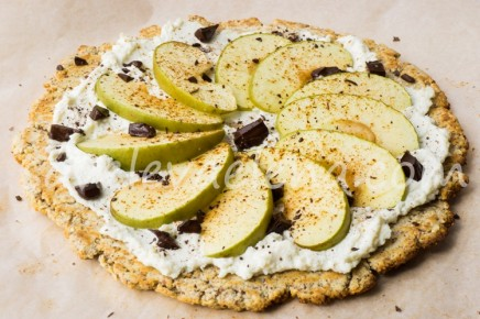 Большое печенье-пицца с рикоттой и яблоком