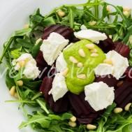 Салат со свеклой, сыром фета и зеленым соусом.