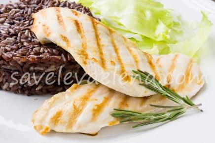 Куриная грудка, жаренная на сковороде-гриль, с красным рисом