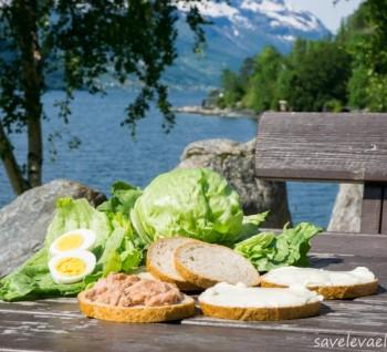 Бутерброды с тунцом и творожным сыром, яйца, салат