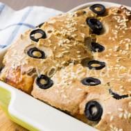 Пирог с лососем и оливками