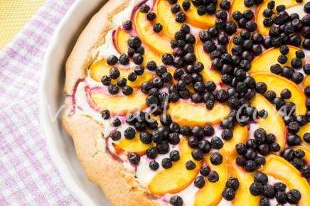 Пирог с творожной начинкой, черникой и нектаринами