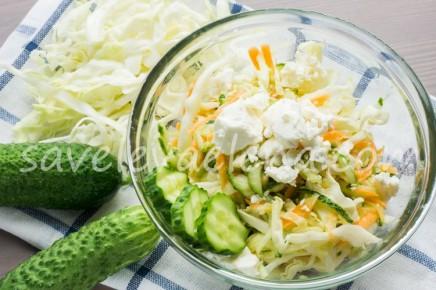 Салат из капусты с морковью, огурцами и сыром фета