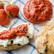 Бутерброды с рикоттой и клубничным джемом с чиа.