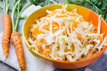 Капустный салат с морковью.