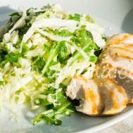 Капустный салат с куриной грудкой и рукколой.