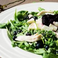 Салат с куриной грудкой, моцареллой и черничным джемом