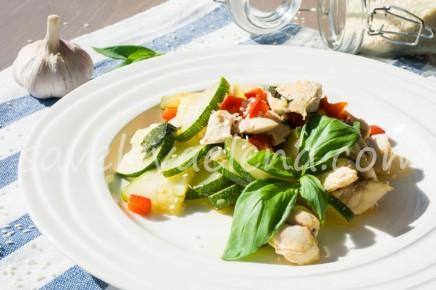 Куриная грудка с овощами и базиликом