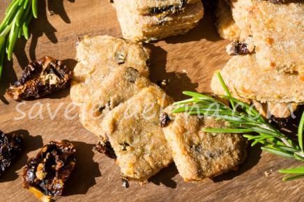 Сырное печенье с розмарином и сушеными помидорами.