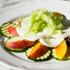 Салат с нектаринами, моцареллой и цуккини.