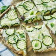 Цельнозерновая белая пицца с цуккини и сыром