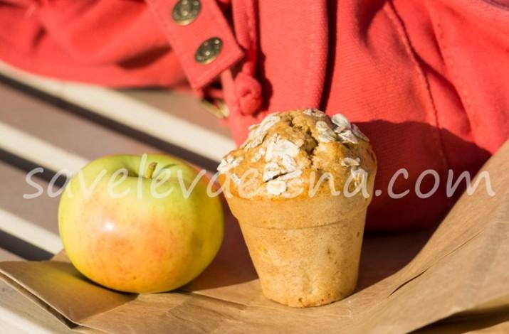 кекс из цельнозерновой муки и яблоко