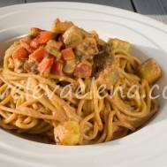 Цельнозерновая паста с баклажанами в томатном соусе с рикоттой
