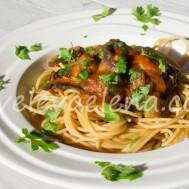 Цельнозерновая паста с баклажанами и грибами в томатном соусе