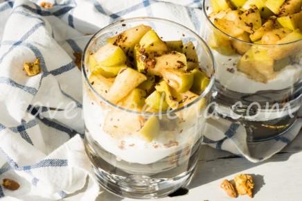 Творожный десерт с гранолой и яблоками