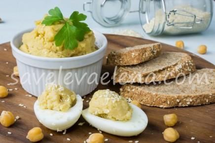 Закуска из яичных белков с хумусом