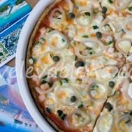 Пицца из цельнозерновой муки и клейковины с кальмарами, цуккини и каперсами