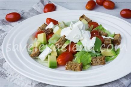 Салат с авокадо, свежим сыром и сухариками