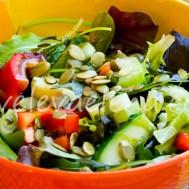 Салат со свежим кабачком и тыквенным маслом.