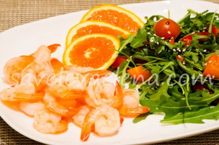 Креветки с салатом